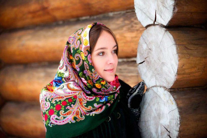 Девушка на фоне старой деревушки
