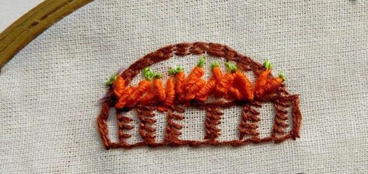 Вышитая корзина с морковкой